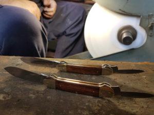 zwei Canoe Taschenmesser warten auf ihren Anschlifff