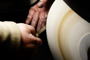 Robert Klaas fertigt in Handarbeit